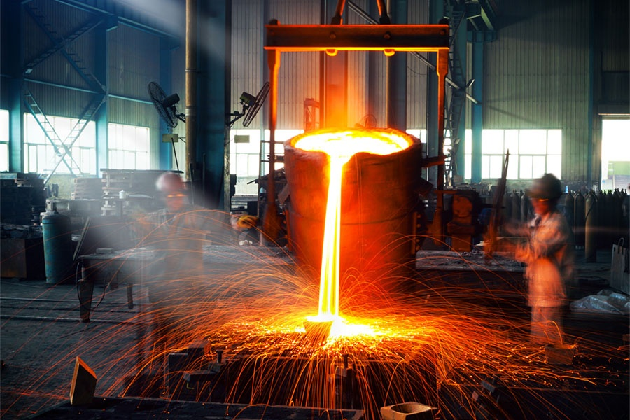 Pouring molten metal into a form